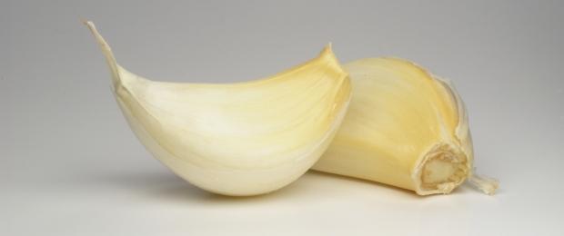 (Garlic cloves by Marco Bernardini/Flickr Creative Commons)